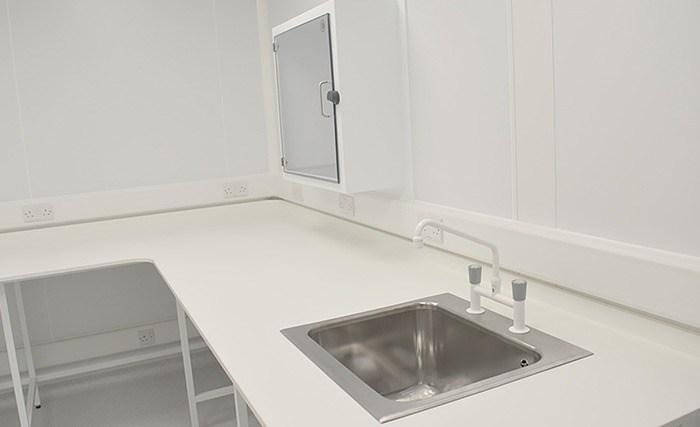 Ingericht met antimicrobieel meubilair van Sealwise, inclusief werkbanken en gootstenen