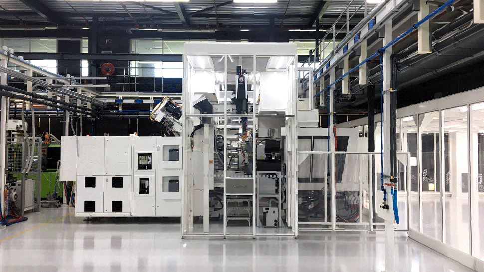 Hardwall cleanroom built around injection moulding machine