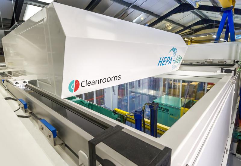 gehele machine-opstelling in een cleanroom-omgeving in te sluiten